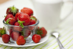 Bol de vidrio plateado de strawberrys maduros jugosos Fotos de archivo
