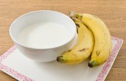 Bol de yaourt fait maison avec la banane organique Photo stock