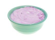 Bol de yaourt gastronome de myrtille sur un fond blanc Image stock