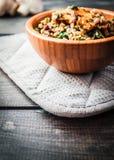 Bol en bambou de sarrasin bouilli avec le champignon de paris frit, les épinards et les haricots rouges Image libre de droits
