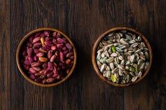 Bol en bois cru et rôti de pistaches épluchées sans Shell/sans Shell photos stock