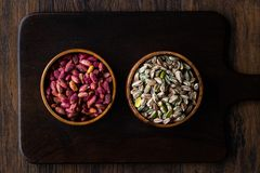 Bol en bois cru et rôti de pistaches épluchées sans Shell/sans Shell image libre de droits