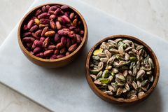 Bol en bois cru et rôti de pistaches épluchées sans Shell/sans Shell images stock