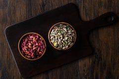 Bol en bois cru et rôti de pistaches épluchées sans Shell/sans Shell photo libre de droits