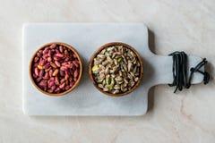 Bol en bois cru et rôti de pistaches épluchées sans Shell/sans Shell images libres de droits