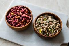 Bol en bois cru et rôti de pistaches épluchées sans Shell/sans Shell photos libres de droits