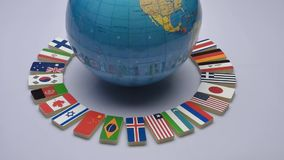 Bol en nationale vlaggen van de wereld stock videobeelden