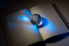 Bol en open boek stock afbeelding