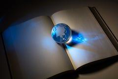 Bol en open boek royalty-vrije stock foto
