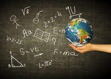 Bol en symbolen van de school Onderwijs concept Illustratie 3d van onderwijsconcept Formules, tekeningen en Royalty-vrije Stock Afbeeldingen