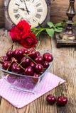 Bol en verre avec la cerise mûre rouge dans le style rustique photo stock