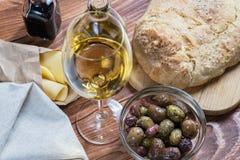 Bol en verre avec le genre différent d'olives Image libre de droits