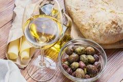 Bol en verre avec le genre différent d'olives Photos stock