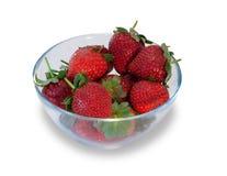 Bol en verre avec les fraises mûres fraîches d'isolement Photo libre de droits