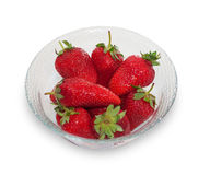 Bol en verre avec les fraises mûres fraîches d'isolement Photo stock