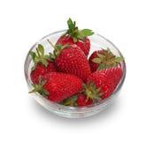Bol en verre avec les fraises mûres fraîches d'isolement Images libres de droits