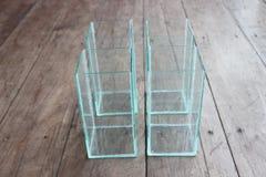 Bol en verre carré pour des cuvettes de poissons placées Photographie stock libre de droits