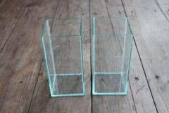 Bol en verre carré pour des cuvettes de poissons placées Photo stock