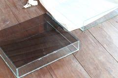 Bol en verre carré pour des cuvettes de poissons placées Image stock