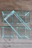 Bol en verre carré pour des cuvettes de poissons placées Photo libre de droits