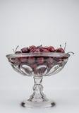 Bol en verre de cerises en bois Photos libres de droits