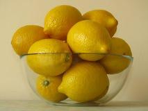 Bol en verre de citrons jaunes mûrs juteux Riches en bonne santé de fruit tropical de vitamine C Citrons organiques sains image libre de droits