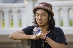 Bol en verre de jonglerie d'homme d'interprète de rue devant des passants sur la route de Khao San de rue à Bangkok, Thaïlande Photographie stock