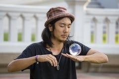 Bol en verre de jonglerie d'homme d'interprète de rue devant des passants sur la route de Khao San de rue à Bangkok, Thaïlande Photos libres de droits