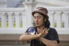 Bol en verre de jonglerie d'interprète de rue devant des passants sur la route de Khao San de rue à Bangkok Images libres de droits