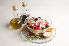 Bol en verre de salade avec l'huile d'olive Images stock