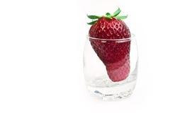 Bol en verre transparent avec la fraise sur le blanc Photographie stock