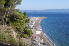 Bol, ilha de Brac, Croácia - 15 de agosto de 2011: Praia do rato de Zlatni imagens de stock