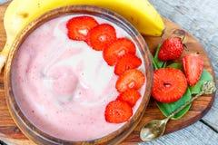 Bol lumineux de smoothie de fraise-banane d'été Images stock