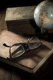 Bol met boek en oogglazen stock fotografie