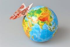Bol met origamivliegtuig van bankbiljet dat op grijs wordt gemaakt Royalty-vrije Stock Fotografie