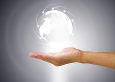 Bol met verbindingsmededeling wereldwijd over mensen` s hand Stock Foto