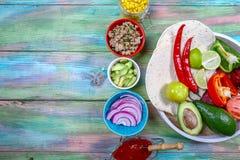 Bol mexicain fait maison de burrito de poulet aux oignons, hachés, aux haricots, maïs, tomate, avocat, piment Cuvette de déjeuner images libres de droits