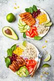 Bol mexicain fait maison de burrito de poulet avec du riz, haricots, maïs, tomate, avocat, épinards Cuvette de déjeuner de salade Photographie stock libre de droits