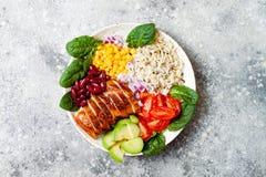 Bol mexicain fait maison de burrito de poulet avec du riz, haricots, maïs, tomate, avocat, épinards Cuvette de déjeuner de salade Image stock