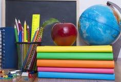 Bol, notitieboekjestapel en potloden Schoolkind en studentenstudiestoebehoren Stock Foto's