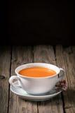 Bol savoureux de soupe passée au mixeur fraîche à carotte photo libre de droits