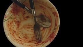 Bol souillé sale de sauce tomate avec la fourchette et la cuillère - d'isolement images stock