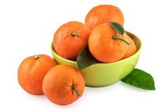 Bol vert de mandarines d'isolement sur le blanc Photo libre de droits