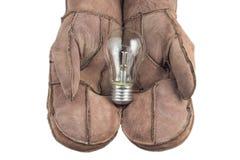 Bol in vrouwenhand, Realistisch fotobeeld Zet wolfram gloeilamp met hand aan royalty-vrije stock foto