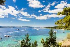 Bol, wyspa Brac Chorwacja, Lipiec, - 17, 2016: Zlatni szczura plaża obrazy stock