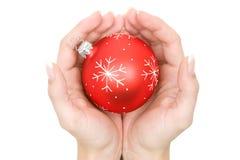 Bola abrigada del árbol de navidad Fotografía de archivo