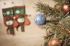 Bola adornada en el árbol de navidad con el fondo de madera Foto de archivo libre de regalías
