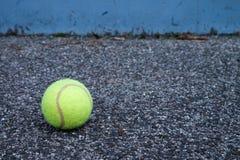 Bola al lado de la pared del entrenamiento del tenis Campo de tenis vacío del entrenamiento Fotos de archivo
