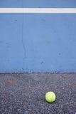 Bola al lado de la pared del entrenamiento del tenis Campo de tenis vacío del entrenamiento Imagenes de archivo