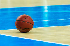 Bola alaranjada do basquetebol Fotografia de Stock